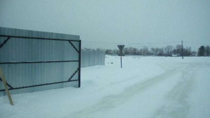Успеют до сентября? На месте обещанной новой школы в Щучьем Озере пока только снег и забор