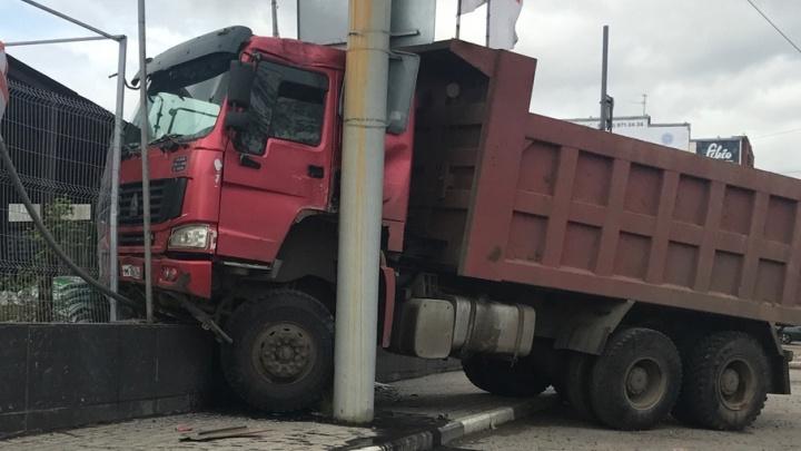 В Ярославле грузовик врезался в цветочный торговый центр