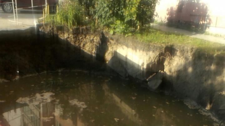 Тюменцы пожаловались на котлован с водой, вырытый работниками водоканала