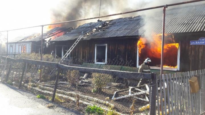 В микрорайоне Парфеново горел трехквартирный дом