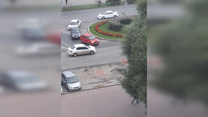 В центре Перми на проезжей части провалился асфальт
