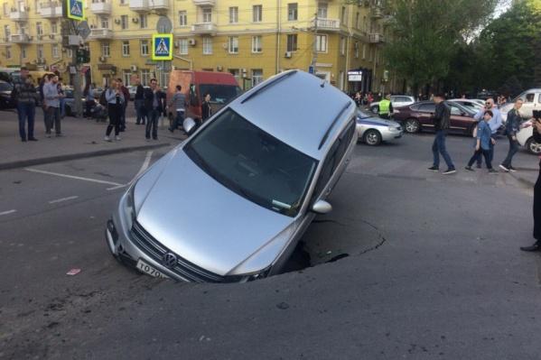 Машина провалилась в яму во время движения