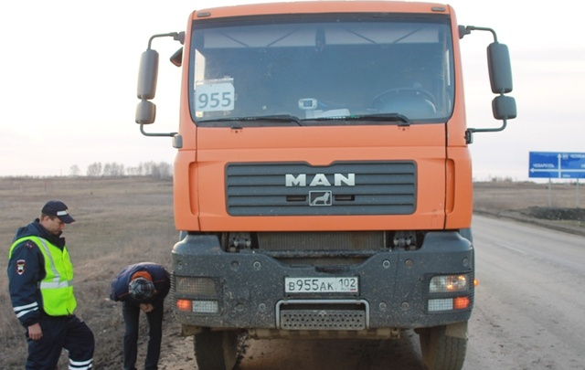 Водитель грузовика сбил девушку на трассе и сбежал