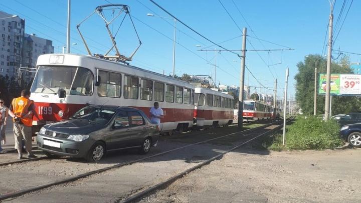 В Самаре на Ново-Садовой водитель иномарки притер трамвай