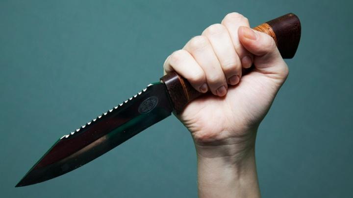 Подозреваемый в грабеже ранил ножом полицейского в Челябинске