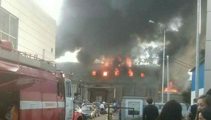 В Ярославле в автосалоне вспыхнул крупный пожар