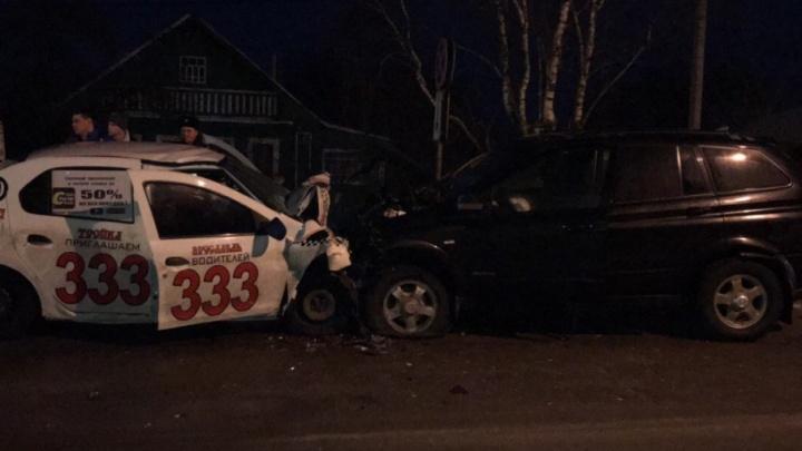 В Карабихе в лобовом столкновении погиб водитель такси: ещё двое в больнице