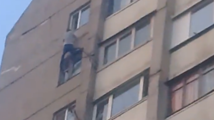 «Человек-паук» из Батайска висел на 16-м этаже высотки, держась одной рукой