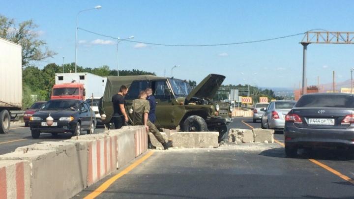 Под Самарой водитель УАЗа протаранил бетонное ограждение