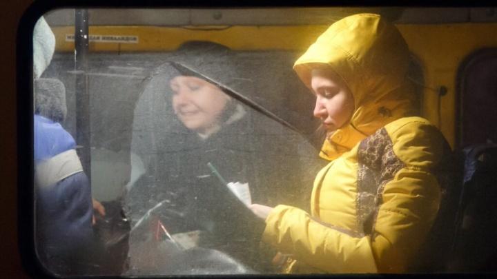 В Волгограде заскользивший на дороге автобус врезался в маршрутку