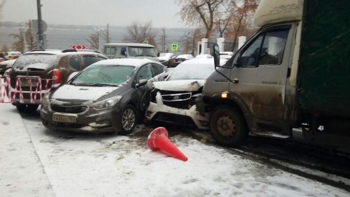 Подвел ручник: грузовик «Валдай» собрал четыре машины