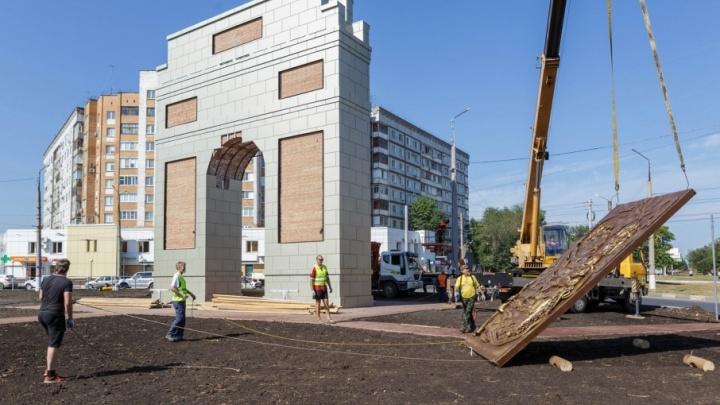 В Новокуйбышевске на стройке триумфальной арки едва не погиб человек