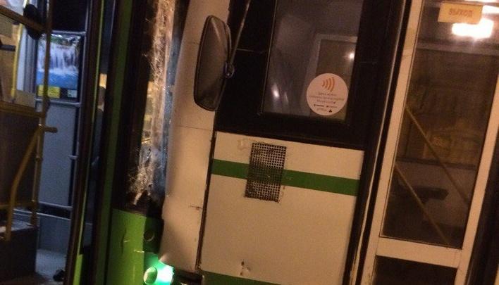На улице Республики столкнулись два автобуса: пострадала 17-летняя пассажирка