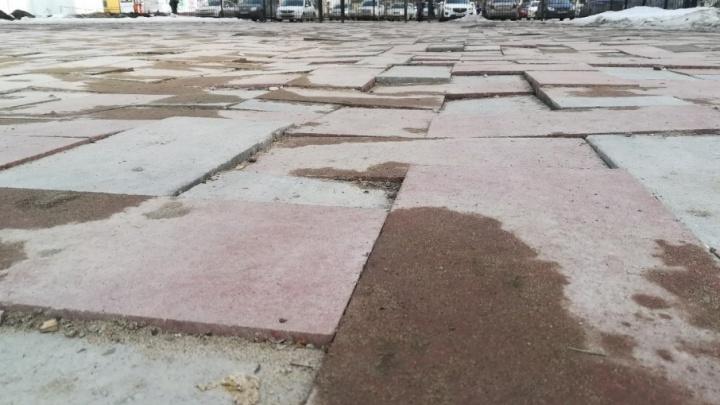 «Как стиральная доска»: плитка в парке Металлургов пошла волнами