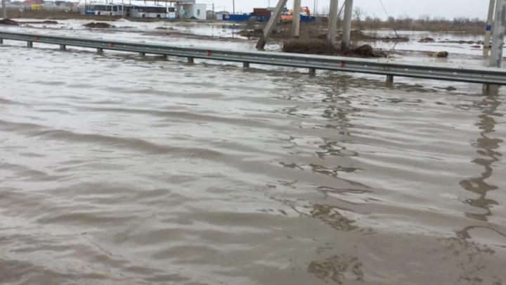 Дорожники Волгоградской области обвинили талые воды в затоплении полумоста через Ахтубу