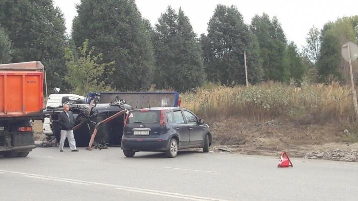 В Самаре на Ракитовском шоссе перевернулся эвакуатор с «Калиной»
