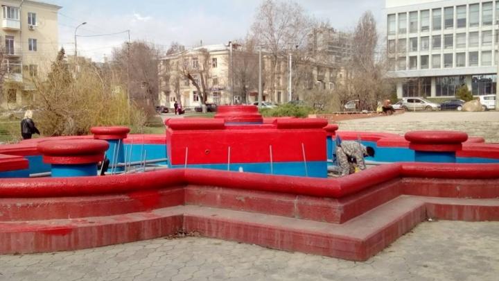 Фонтаны в центре Волгограда красят в ярко-малиновый цвет