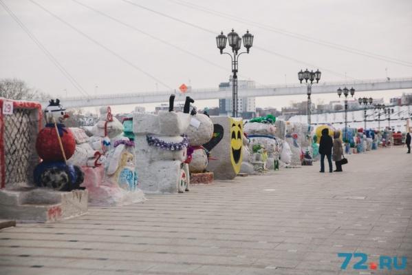 На создание всех снежных фигур ушло 25 тонн снега. Участники конкурса трудились несколько часов, используя кисточки, краски и стики для вырезания деталей