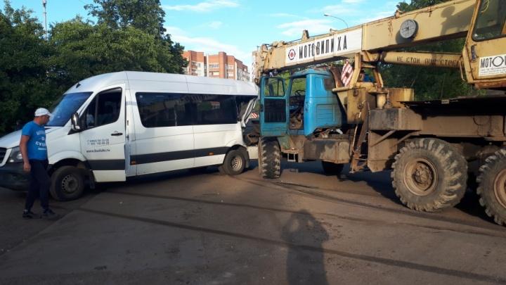 В Ярославле автокран проткнул маршрутку