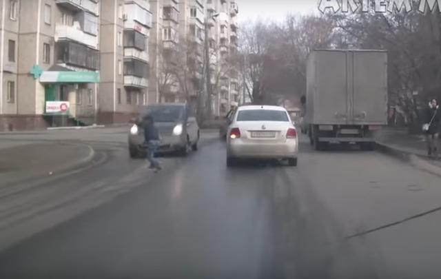 «Беги или умри»: челябинские подростки устроили опасные игры на дороге