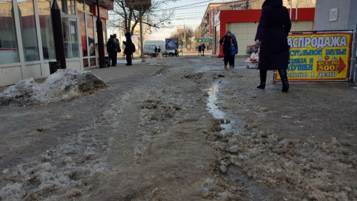 Тротуары в центре Волгограда «уснули» под слоем грязного льда