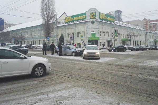 ДТП и снег привели к серьезному затору на углу Соколова и Красноармейской
