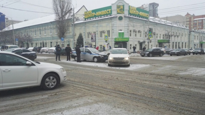 В центре Ростова автомобиль Росгвардии протаранил иномарку