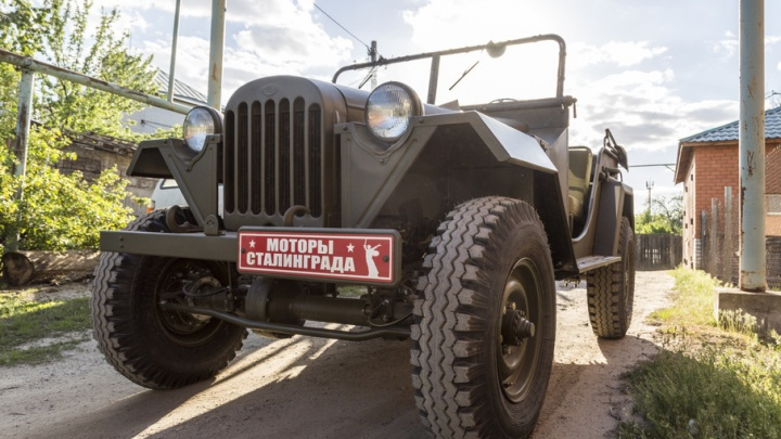 Броневик и джипы времен войны готовятся к параду Победы в Волгограде