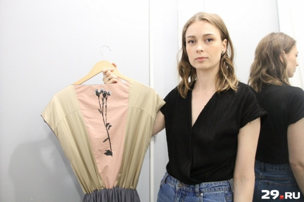Алена Малыгина и одно из ее платьев