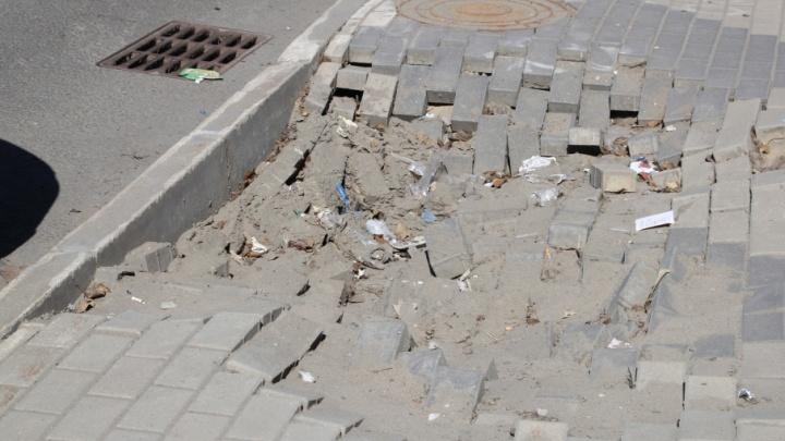 Подземные провалы, падающая штукатурка и глубокие ямы: изучаем прелести Троицкого проспекта