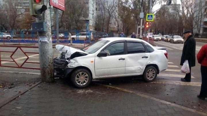 Выехал на красный: на Владимирской/Коммунистической столкнулись Renault и LADA Granta