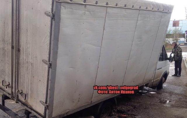 В Красноармейском районе Волгограда «Газель» провалилась под асфальт