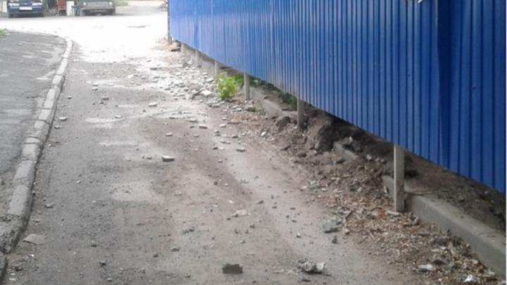 На Зорге–Стачки камень со стройки едва не упал на годовалого ребенка