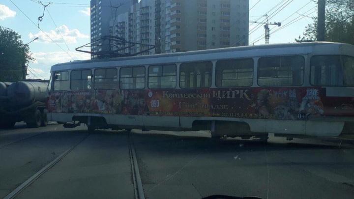 В Самаре на пересечении улиц Тухачевского и Киевской трамвай сошел с рельсов