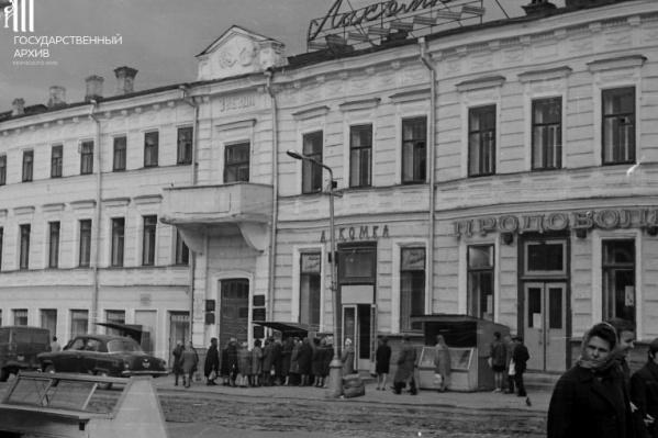 Здание Центрального гастронома, магазин «Лакомка», 1970 год