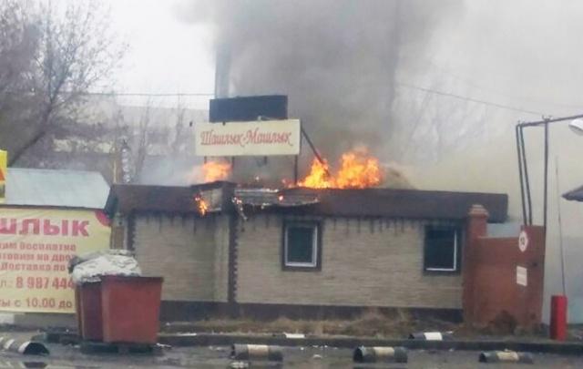 В Самаре крыша шашлычной горела открытым огнем