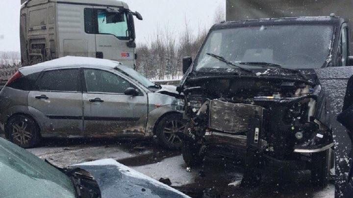 На трассе Пермь — Березники столкнулись фура и легковушки: одного из водителей госпитализировали