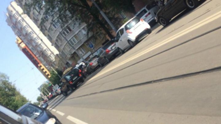 Из-за поломки трамвая №10 на Театральной площади возникла пробка