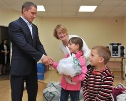 Единороссы подарили школьную форму детям с Сахалинской