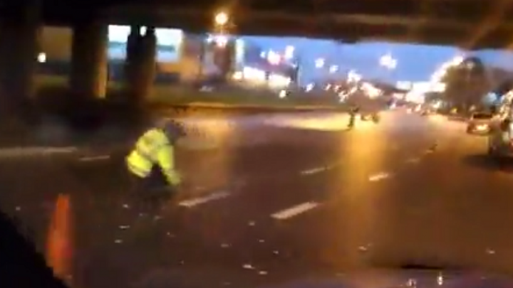 Ярославские дорожники топорами вырубают разметку: видео