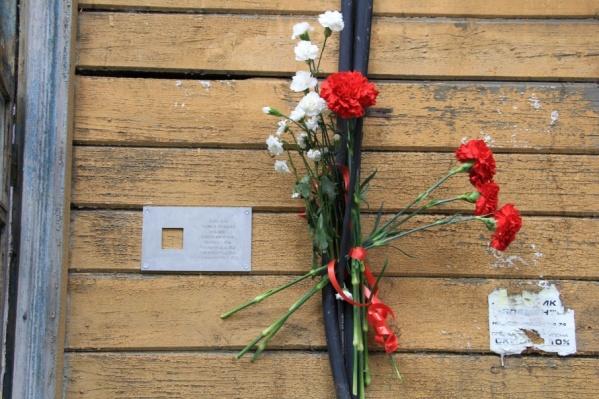 Имя репрессированного слесаря-сантехника Игнатия Безсонова увековечили маленькой табличкой на стене старого дома