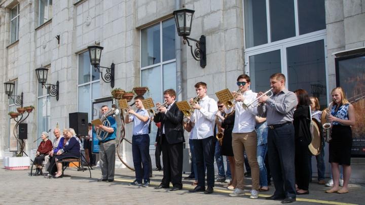 На перроне волгоградского вокзала играл оркестр и звучали песни военных лет
