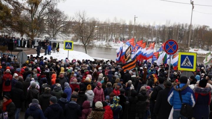 Автозак, триколор и георгиевские флаги: как в Ярославле митинговали в День народного единства