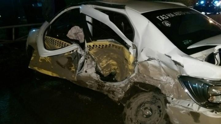 В Перми пассажиры такси пострадали в серьезном ДТП