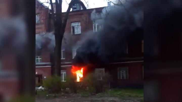 В Ярославле сгорела квартира: спасатели эвакуировали жильцов дома