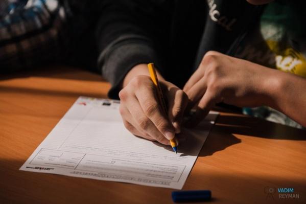 Каждую работу, претендующую на «5», проверяют по три человека. Среди них —  доцент или профессор кафедры русского языка