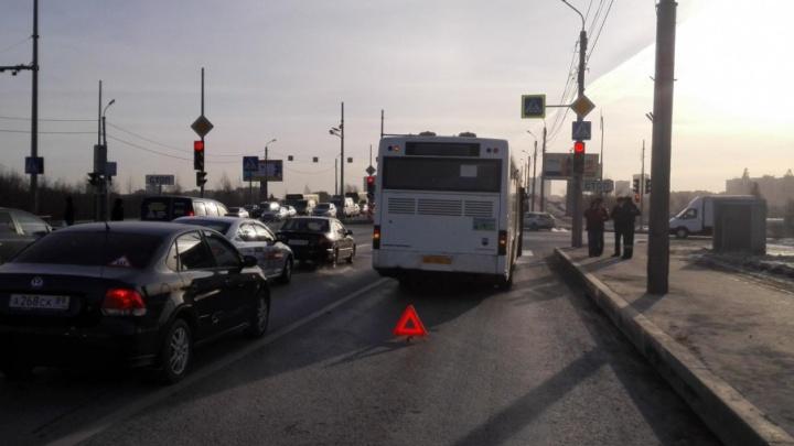 Ушиб носа и травма головы: за сутки в Тюмени произошло две аварии с участием общественного транспорта