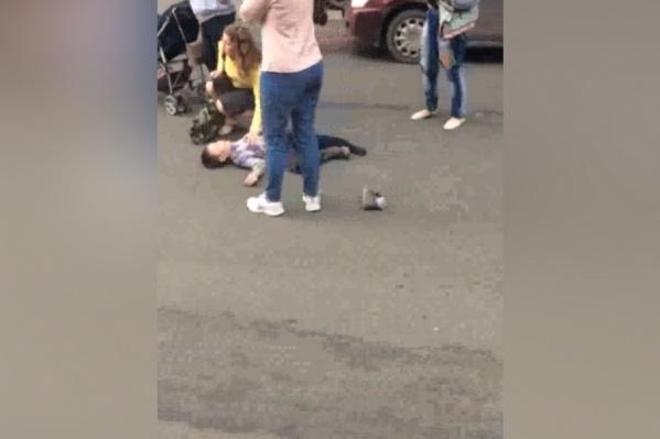 Ребёнок переходил дорогу по зебре