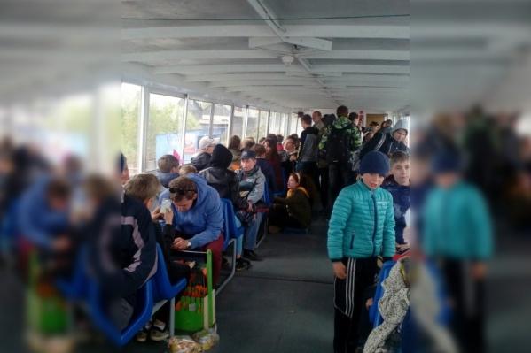 На теплоходе находятся более 260 человек, ожидающих, когда они смогут уплыть на другой берег
