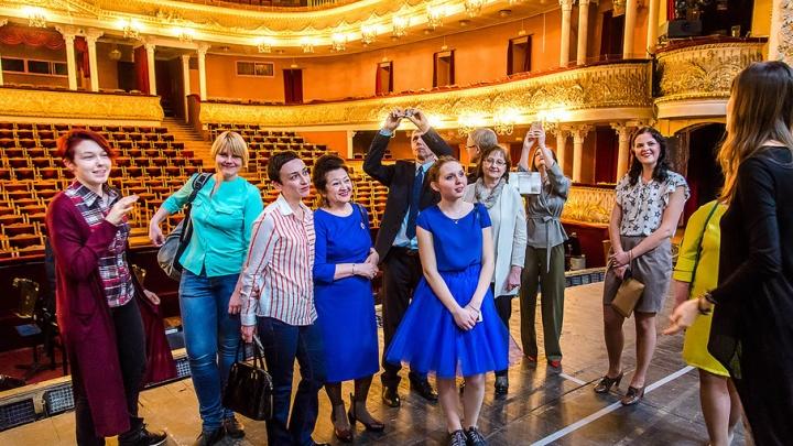 С велосипедов в лимузин: челябинские артисты попрощались со зрителями